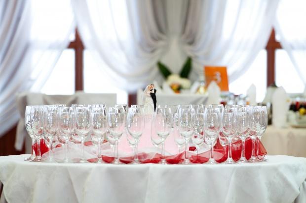 Stół w sali balowej Hotelu Pinocy